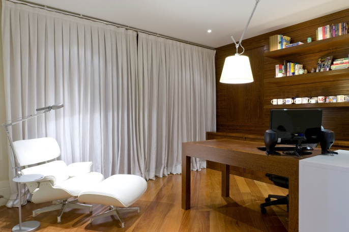 na-proposta-do-arquiteto-gustavo-motta-para-o-home-office-de-1550-m-equilibrio-entre-a-neutralidade-da-cor-e-o-calor-da-madeira-e-do-couro-a-cortina-em-linho-da-casa-vestida-1342213440369_1920x1277
