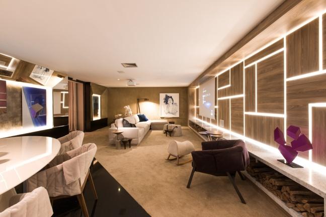 em-homenagem-ao-arquiteto-ruy-ohtake-o-ambiente-de-58-m-criado-por-camila-klein-integra-living-e-sala-de-jantar-o-painel-de-madeira-dell-anno-formado-por-recortes-assimetricos-1434040694184_1920x1280.jpg