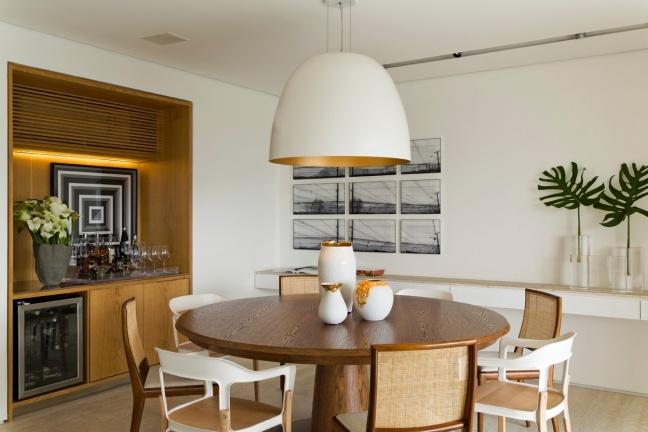 o-ambiente-da-sala-de-jantar-possui-mesa-redonda-em-carvalho-americano-da-vermeil-com-cadeiras-em-dois-modelos-alternados-da-dpot-e-da-micasa-a-mesma-madeira-aparece-no-1430327239531_1344x896.jpg